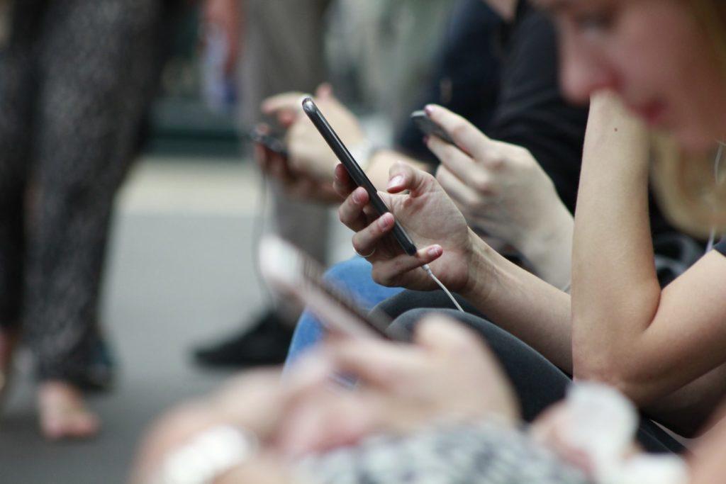 Handy wird in der Bahn benutzt