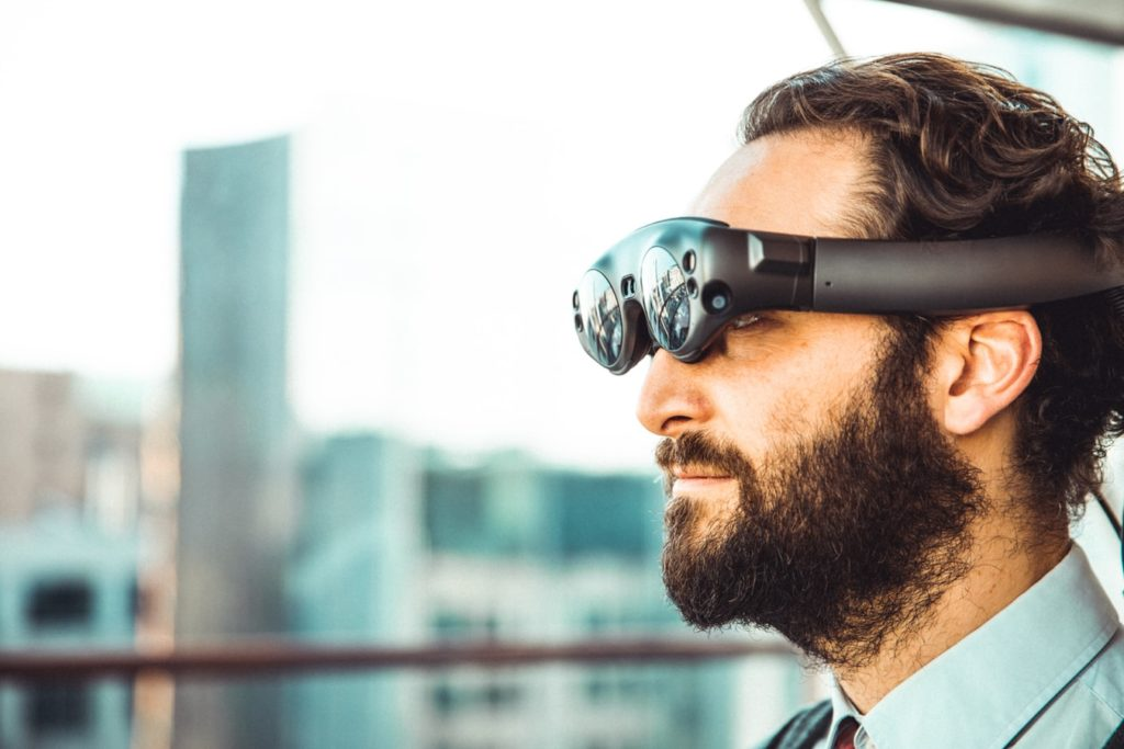 Mann mit Augmented Reality Brille