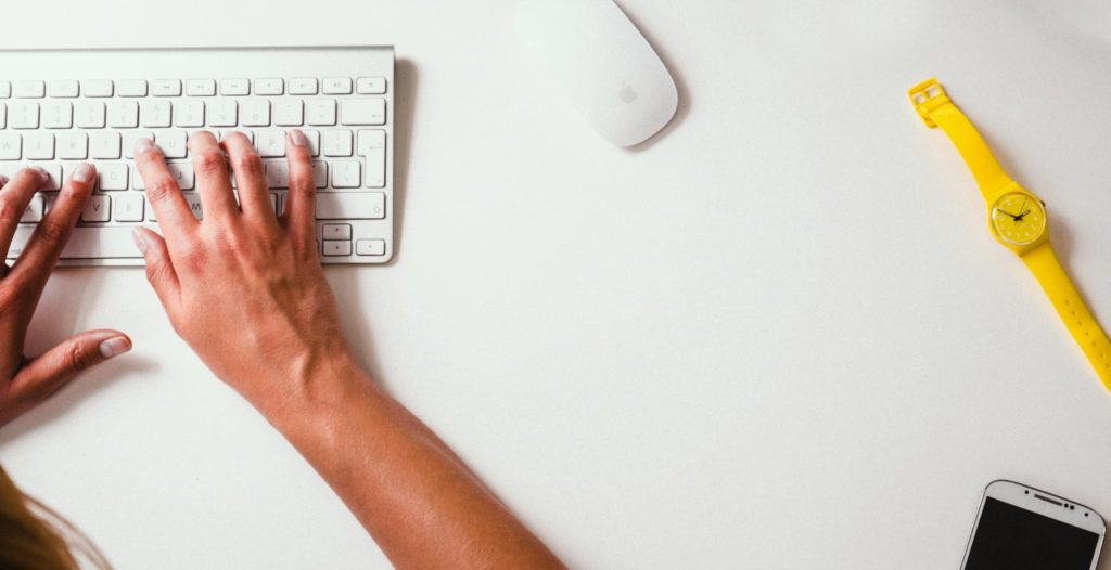 Person tippt auf Tastatur