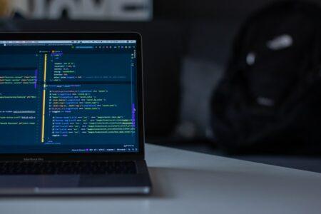 Laptop mit HTML Code