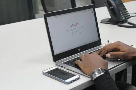 Mann googelt am Laptop