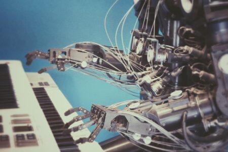Beitragsbild für einen Artikel zum Thema Marketing Automation, Roboter, der Klavier spielt.